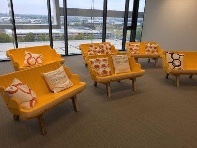 gele bankjes met duurzame gerecyclede kussens bij vanderlande veghel